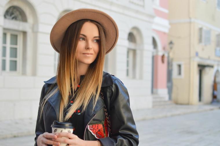 capelli lunghi scalati lisci colorazione donna di colore biondo colorazione balayage