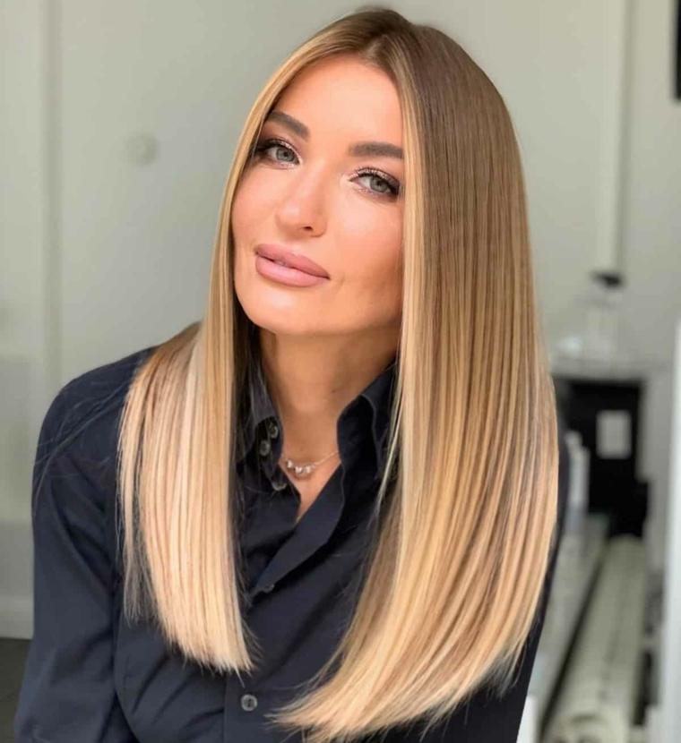 capelli lunghi scalati lisci donna con acconciatura di colore biondo balayage