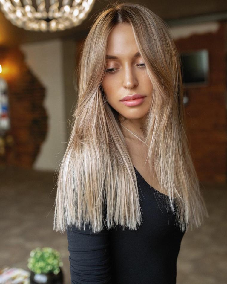 capelli lunghi scalati lisci ragazza con pettinatura di colore biondo