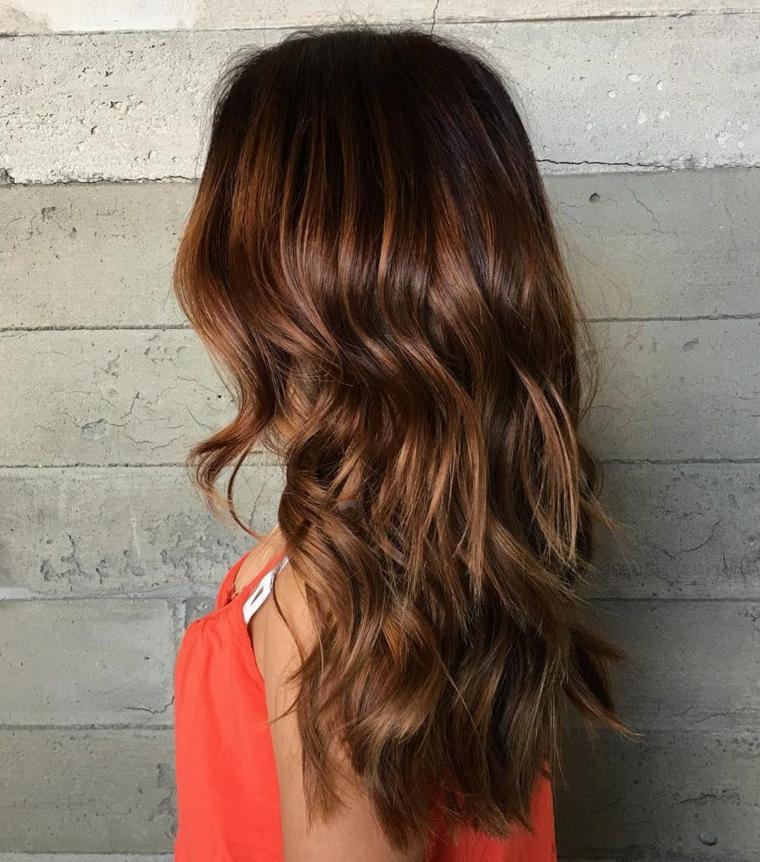 Taglio capelli scalato di una ragazza giovane con i capelli di colore castano con riflessi color rame