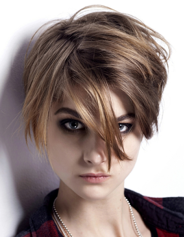 taglio di capelli scalati, un'idea di tendenza adatta alle più giovani, corto dietro e lungo davanti