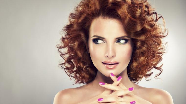 1001 idee per capelli scalati di varie lunghezze e nuance - Diversi tipi di permanente riccia ...