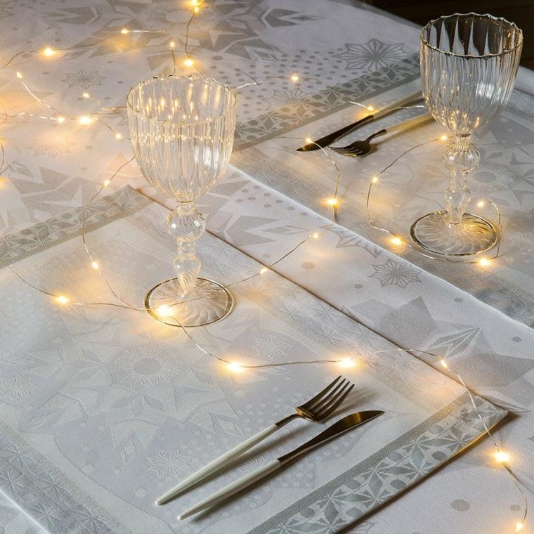 Centrotavola fai da te, idea per la decorazione con lucine e una tovaglia bianca con motivi natalizi