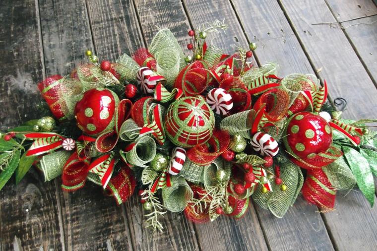 Lavoretti di Natale fai da te, centrotavola tradizionale con fiocchi rossi e verdi e palline natalizie