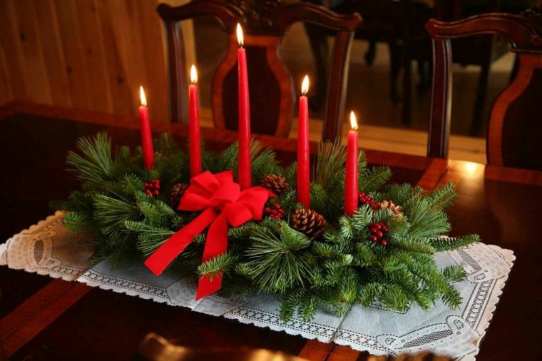 Lavoretti natalizi, centrotavola tradizionale con rametti, fiocco rosso e candele altre rosse