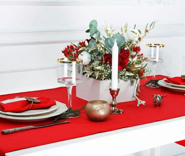 Tavola di Natale, tovaglia bianca e runner rosso, composizione floreale come centrotavola