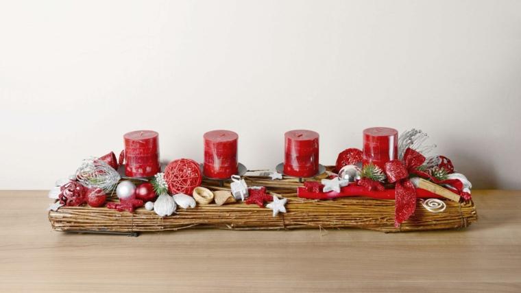 Lavoretti natalizi con una base di legno e candele rosse, decorazione con stelline e fiocchi rossi