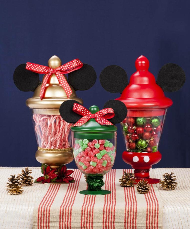 Tavola di Natale, centrotavola con contenitori di vetro forma mickey mousse e pieni di caramelle
