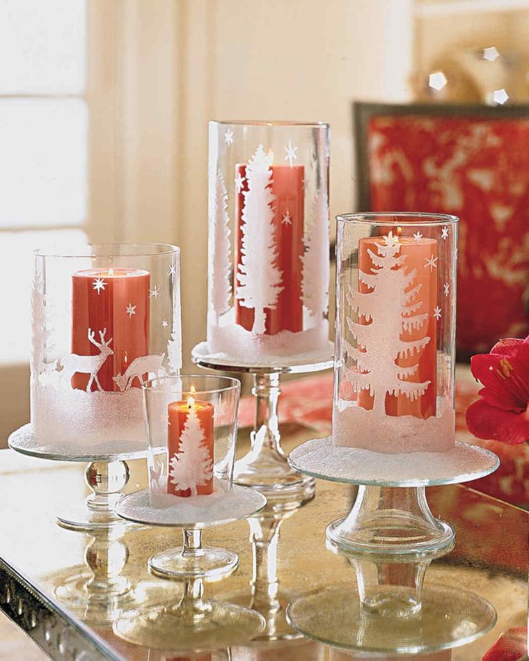 Composizioni natalizie, calici di vetro decorati con stencil e candele rosse all'interno