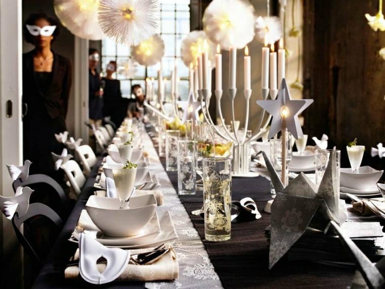 Tavola di Natale, molto elegante con una tovaglia nera e decorazione con tovagliette e lucine a forma di candele