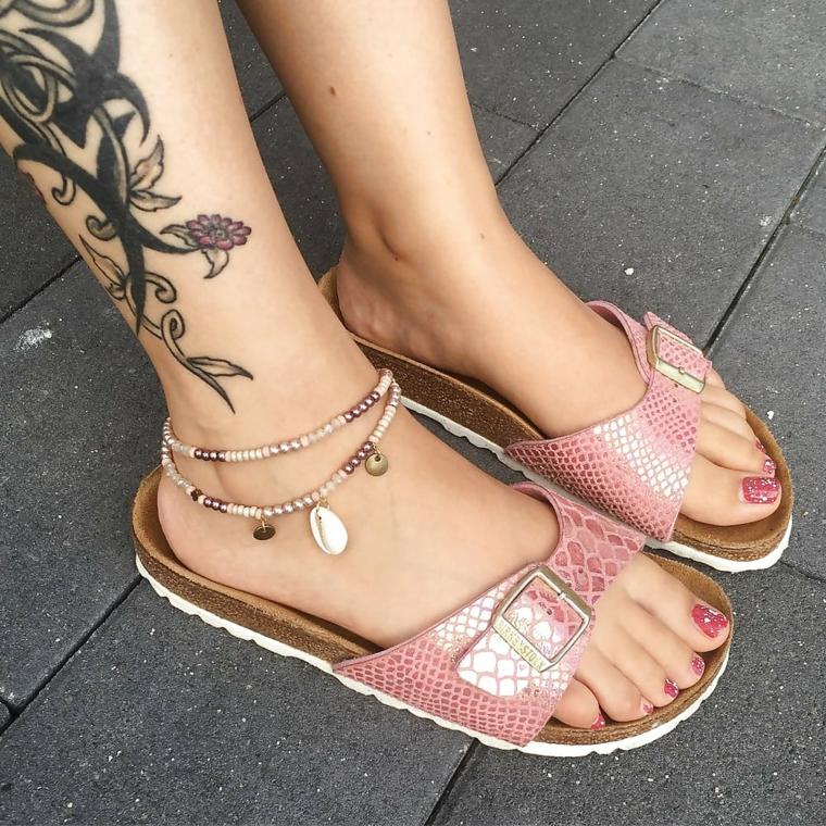 Tattoo caviglia, tatuaggio donna disegno fiori, disegno maori, donna con ciabatte estive