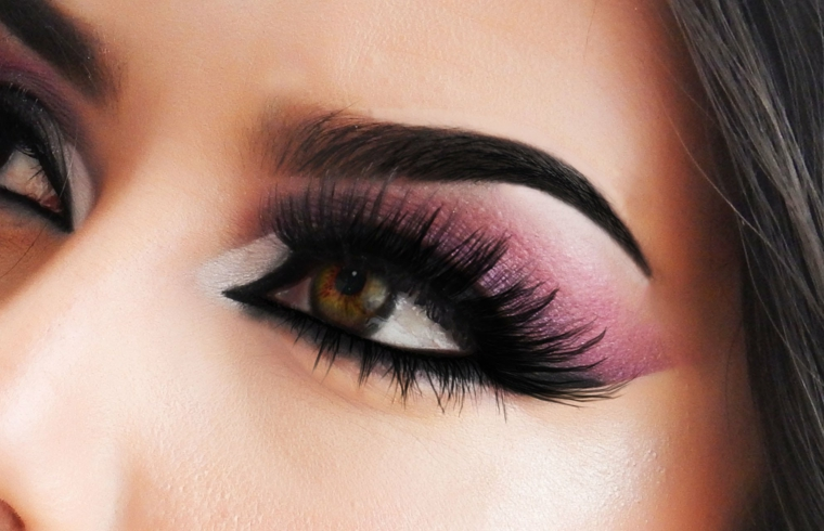 sguardo delineato da delle folte ciglia nere, matita nera e ombretto rosa e bianco sfumati