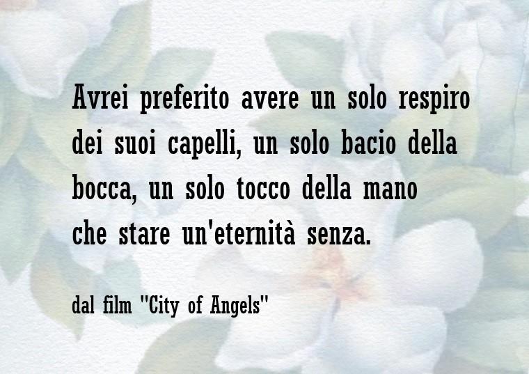 Frase dal film Citu of Angels, sfondo chiaro con un tappeto di fiori