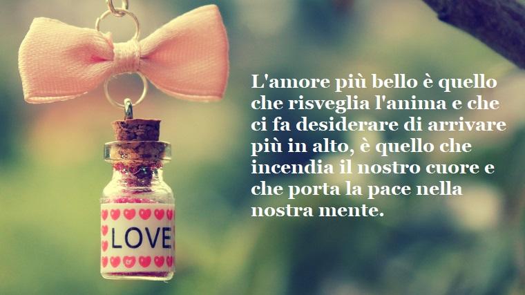 Frasi romantiche, citazione sull'amore e una piccola bottiglietta con tappo di sughero e fiocco di stoffa colore rosa