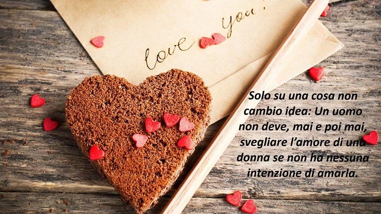 Frasi bellissime sull'amore, scritta per una donna, biscotto forma di cuore e piccoli cuoricini di pasta di zucchero