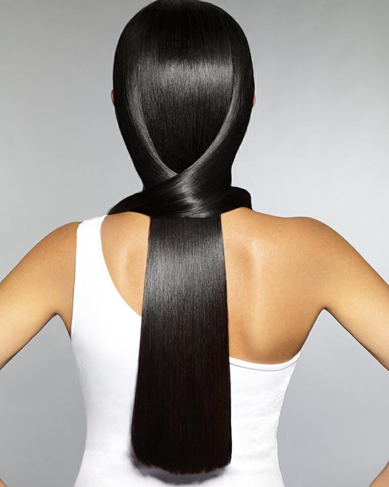 Capelli lunghi, donna con una tonalità della pettinatura di nero lucente con un taglio pari