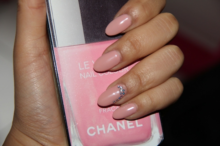 Smalto Le Vernice di Chanel di colore rosa, accent nail con piccoli brillantini luminosi