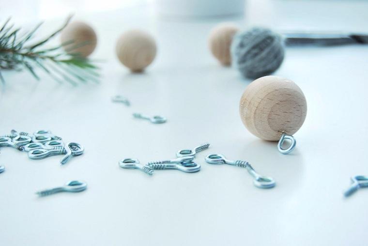 Lavoretti di Natale fai da te, palline di legno con ganci metallo da appendere