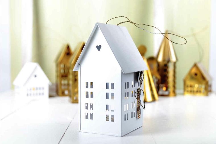 Lanterne in metallo per decorare l'esterno della casa per Natale, casette di colore bianco e oro