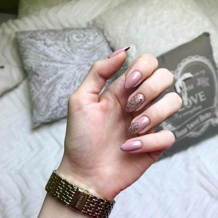 Unghie a stiletto di colore champagne con accent nail dul dito medio e sull'anulare
