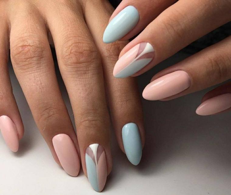Unghie lunghe a forma di mandorla di colore rosa e azzurro, decorazione sul dito medio