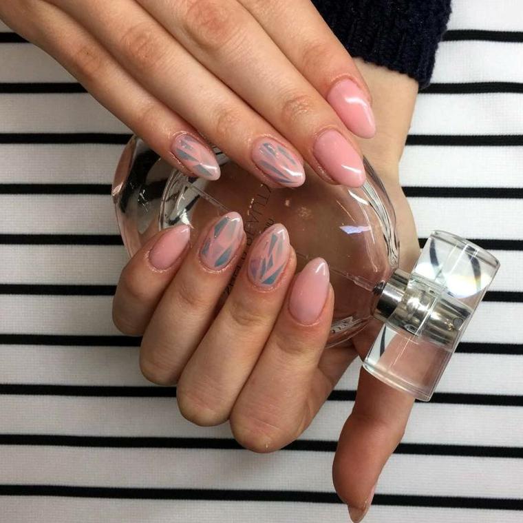 Decorazione unghie mandorla con accenti di colore grigio su una base rosa