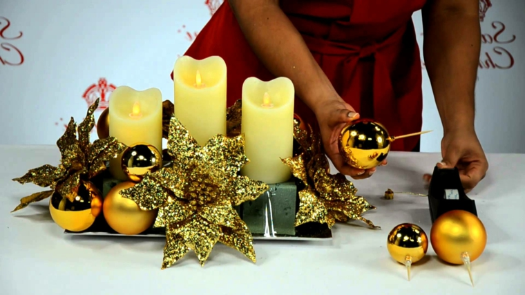 Centrotavola natalizi, come farlo con il fai da te con candele e foglie di stella di natale dorate