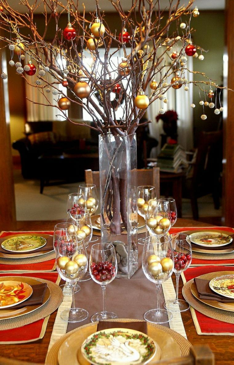 Centrotavola natalizi, decorazione con un vasi di vetro e rametti addobbati con palline natalizie
