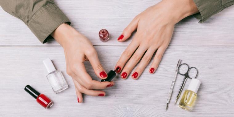 Ecco come applicare lo smalto rosso e gli attrezzi necessari per fare la manicure ideale