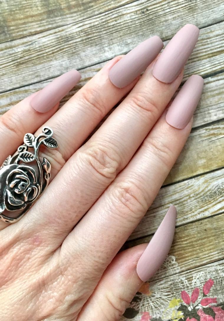 Nail art unghie a punta, idea con uno smalto color pelle in abbinamento ad n anello in argento antico