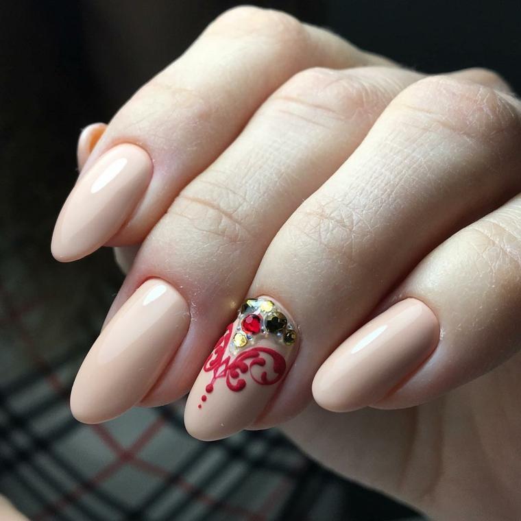 Forma unghie mandorla di colore beige, accent nail con disegno rosso e brillantini colorati
