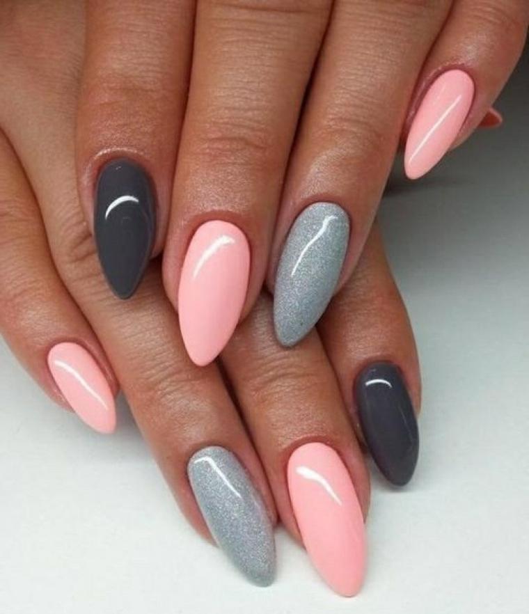 Forma unghie, punte arrotondate e smalti di diverso colore, argento glitter, grigio e rosa