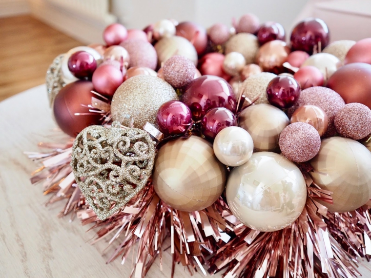 come rivestire una ghirlanda di polistirolo palline natalizie incollate