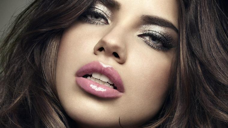 truccarsi gli occhi, make up per le occasioni speciali realizzato con dell'ombretto argento brillante