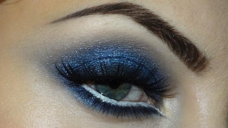 immagini trucco occhi, una proposta di make up realizzata con dell'ombretto glitterato blu
