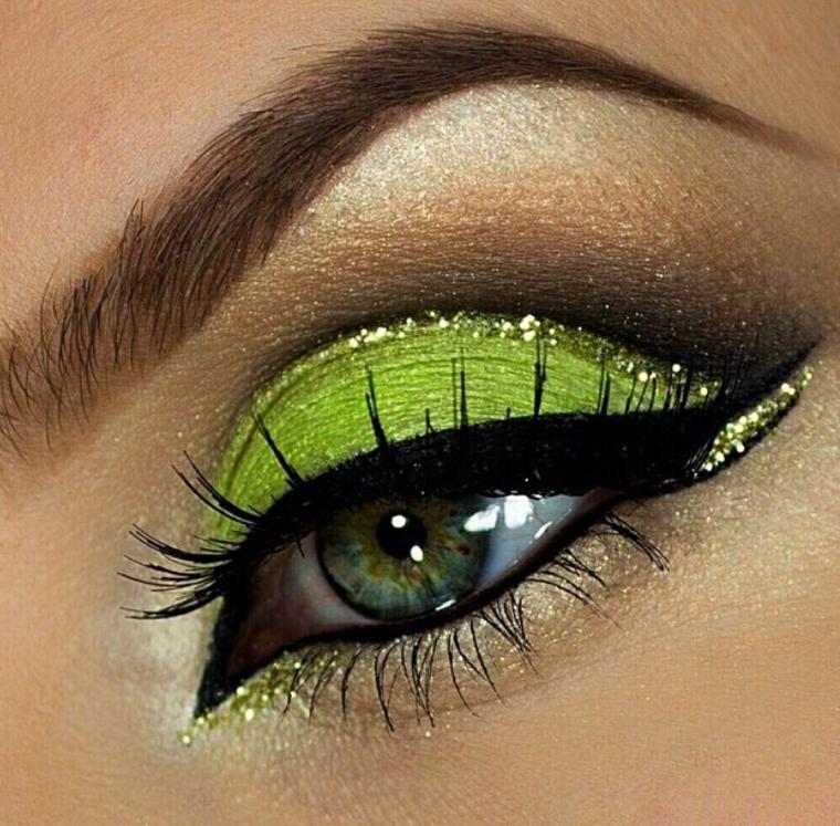 come truccare occhi, un ombretto verde brillante con dei glitter e l'eye liner nero per allungare l'occhio