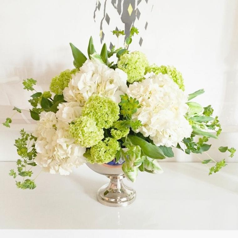 Lavoretti natalizi, centrotavola floreale con un vaso di argento e fiori di colore bianco e verde