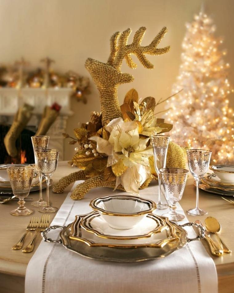 Centrotavola natalizi, un'idea con una renna dorata e foglie di fiori finti, servizio di piatti classico molto elegante