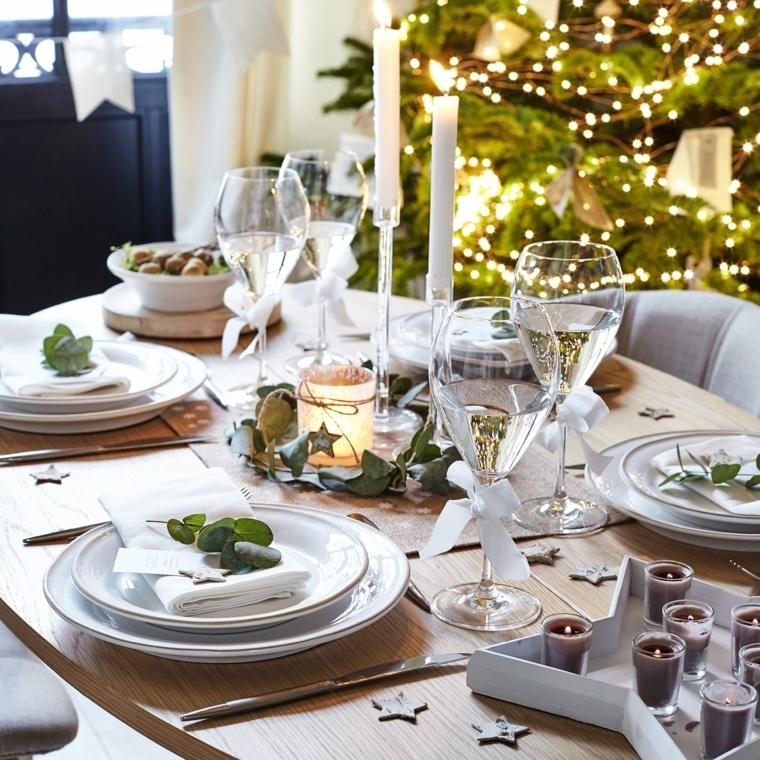 Tavola di Natale, un centrotavola fai da te con rametti, foglie e un portacandele di vetro