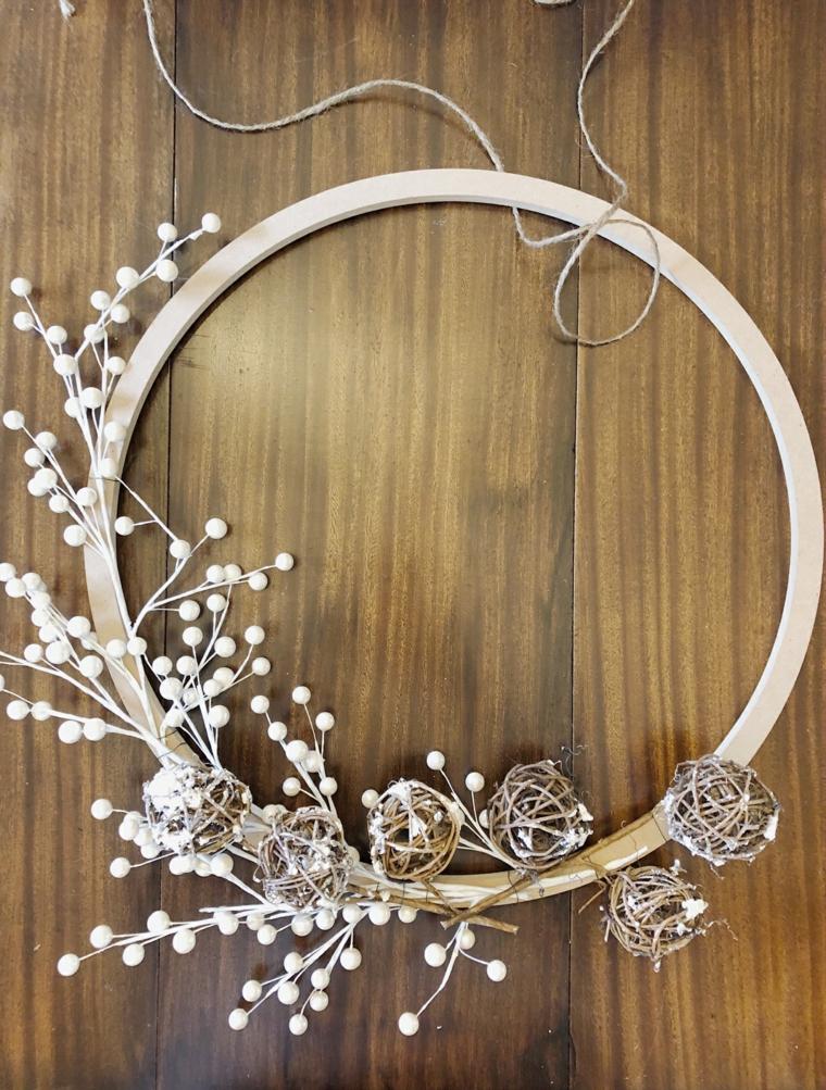 corone natalizie da appendere alla porta anello di legno decorato con rametti secchi