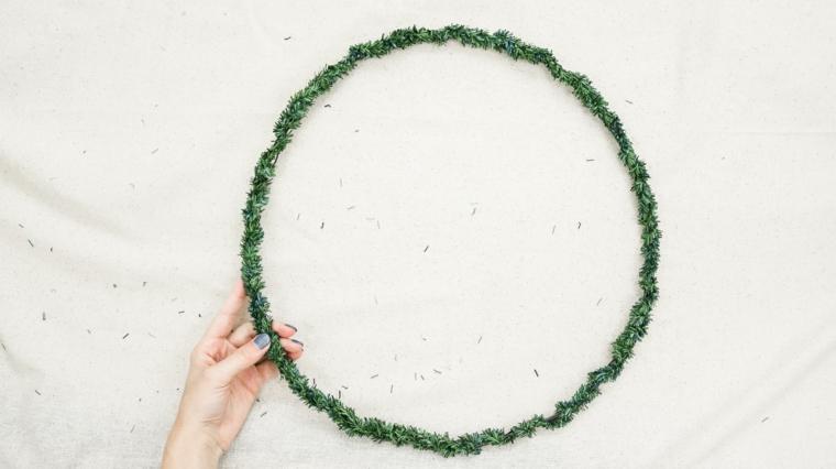 corone natalizie da appendere alla porta cerchio di metallo avvolto con ghirlanda verde