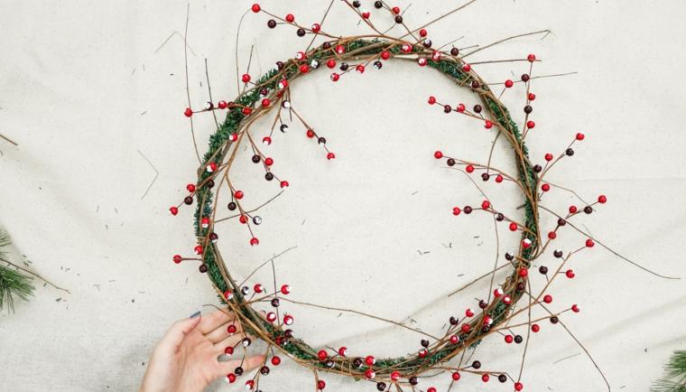 corone natalizie fai da te cerchio decorato con rametti secchi e bacche