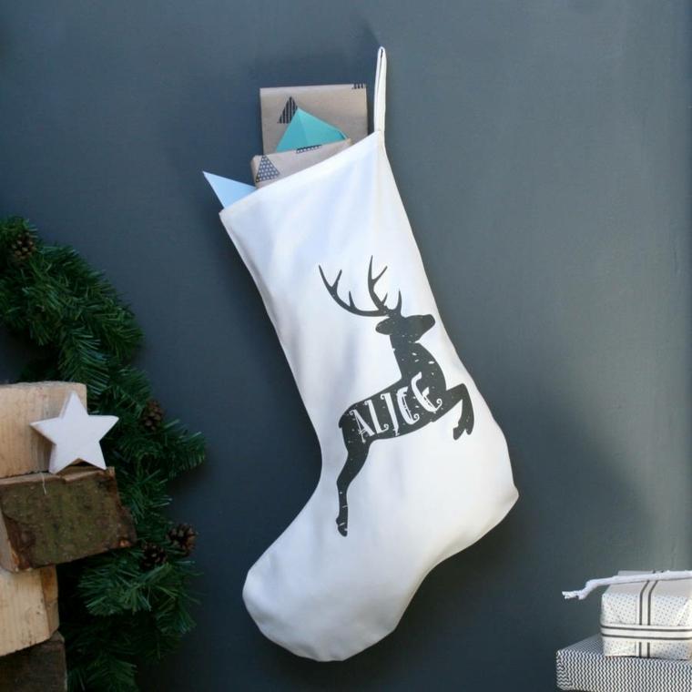 Lavoretti di Natale fai da te, calza di colore bianco personalizzata con il nome Alice