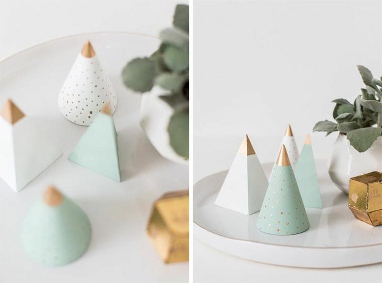 Ornamenti di piccole dimensioni a tema natalizio, alberelli in legno dipinti di vario colore