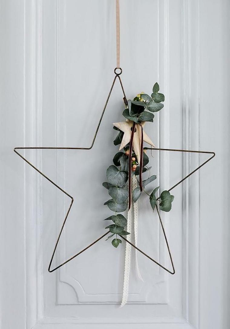 Grande stella in metallo da appendere decorata con foglie verdi