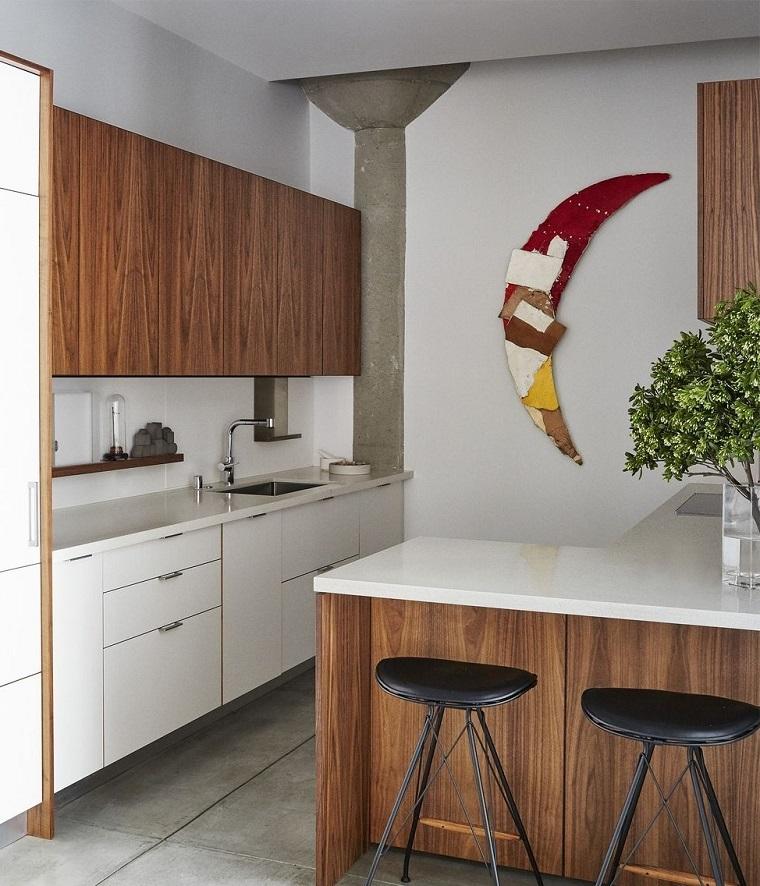 Cucine moderne piccole, idea arredamento con ante in legno e una decorazione da parate forma luna