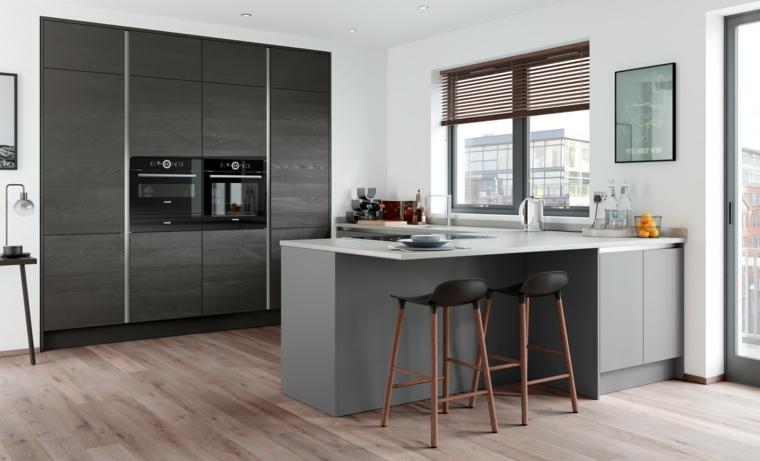 Cucine moderne piccole nella tonalità di colore scuro con piccola isola laterale e sgabelli alti in pelle
