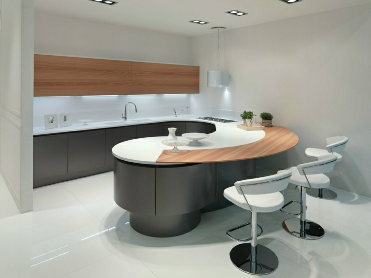Idea arredamento cucina ad angolo con zona bar e sgabelli alti in pelle di colore bianco