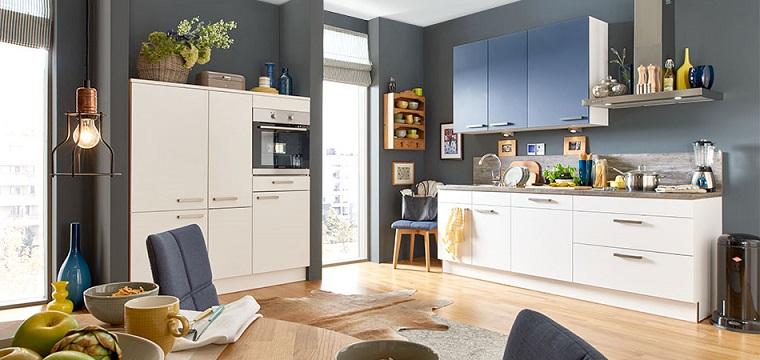 Arredare cucina con mobili su misura, abbinamento di colore bianco e azzurro per anti superiori
