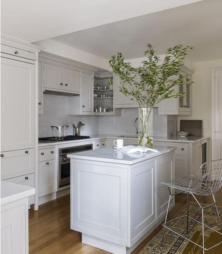 Come arreda la cucina piccola con mobili salvaspazio, idea con isola centrale